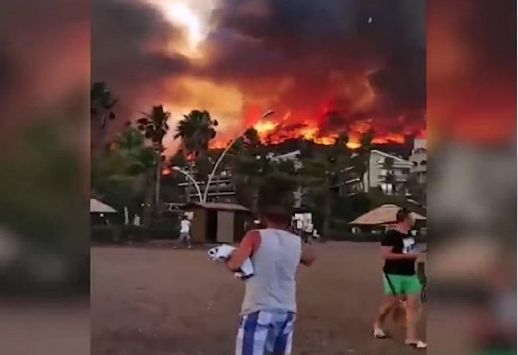 Σοκαριστικά βίντεο από φωτιές στην Τουρκία – Οι φλόγες σε παραλίες γεμάτες κόσμο