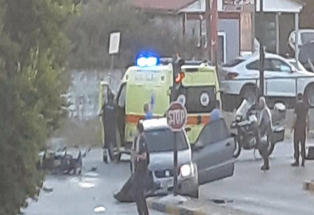 Τρίκαλα: Σφοδρή σύγκρουση ΙΧ με μηχανή στο Δέλτα Λαρίσης – Ένας τραυματίας