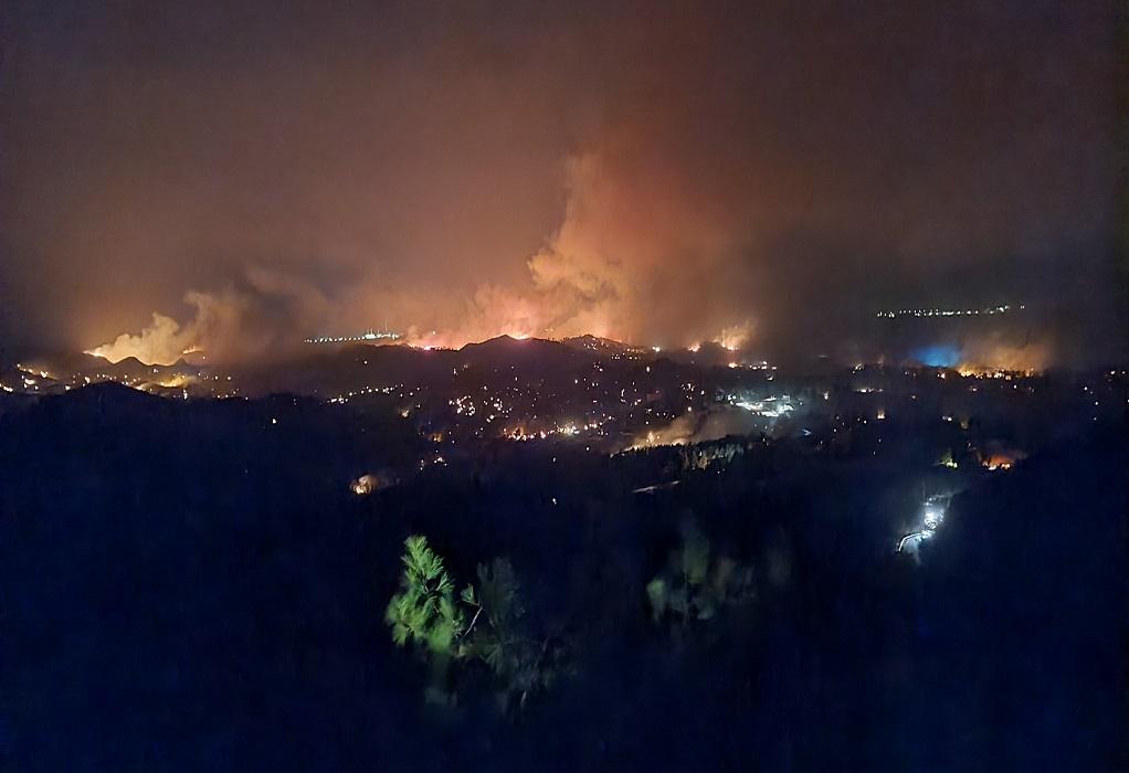Ρόδος: Μάχη με τις αναζωπυρώσεις δίνουν πυροσβέστες και εθελοντές στο νησί