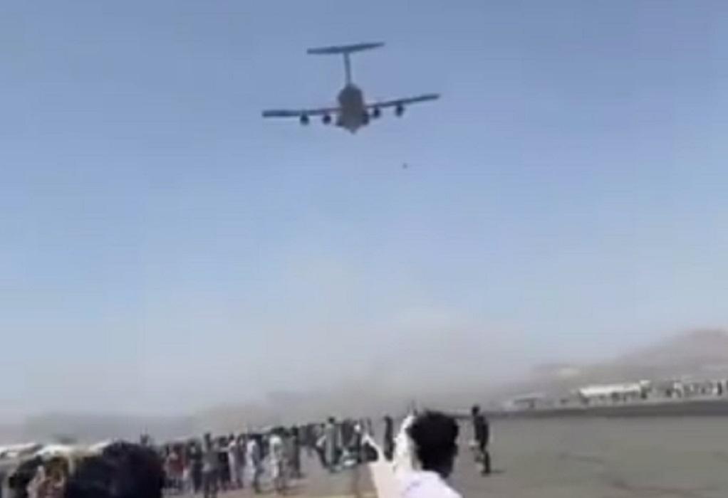Αφγανιστάν: Άνθρωποι πέφτουν στο κενό από αεροπλάνο που απογειώνεται (VIDEO)