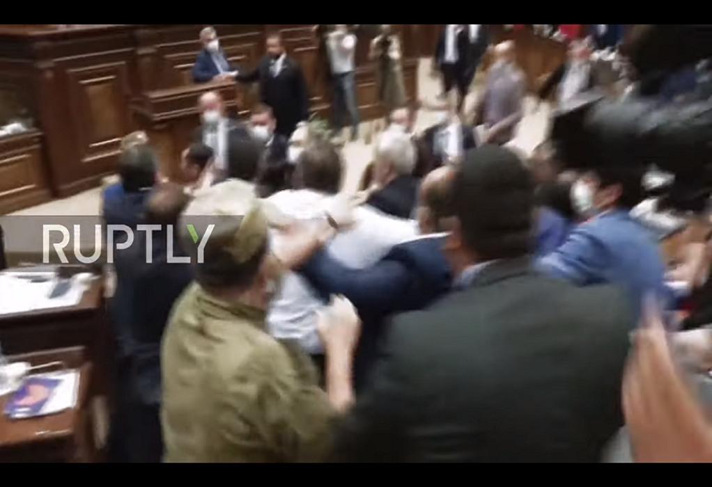 Αρμενία: Ρίψη μπουκαλιών και μπουνιές στη Βουλή (VIDEO)