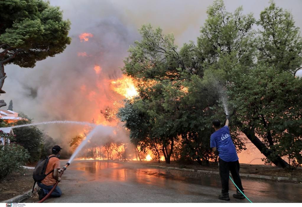 Συγκλονιστικές εικόνες από τη φωτιά στην Βαρυμπόμπη