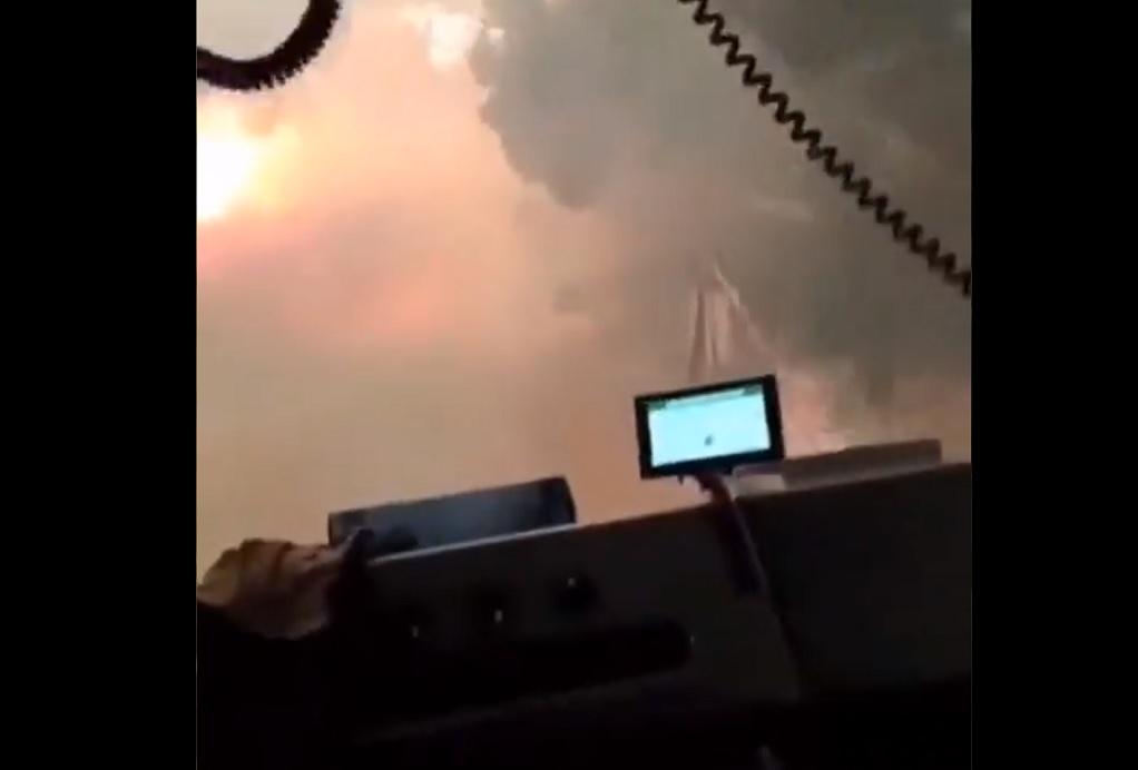 Βαρυμπόμπη: Συγκλονιστικό βίντεο με πυροσβέστες που περνούν μέσα από τη φωτιά