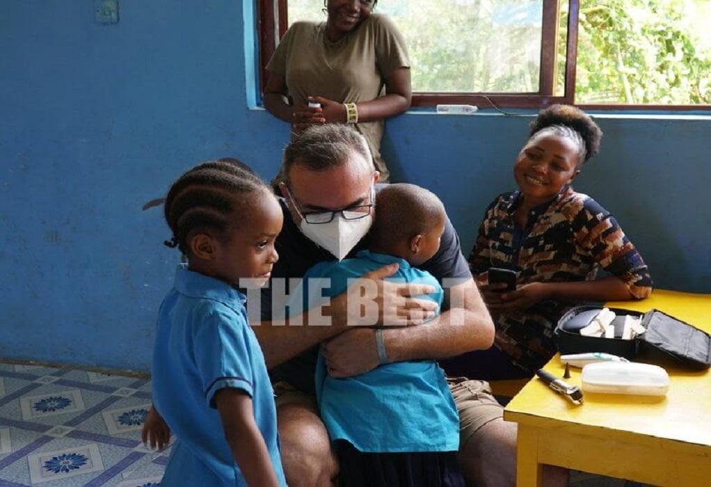 Ο πατρινός παιδίατρος που εξετάζει παιδιά στην Τανζανία (ΦΩΤΟ-VIDEO)