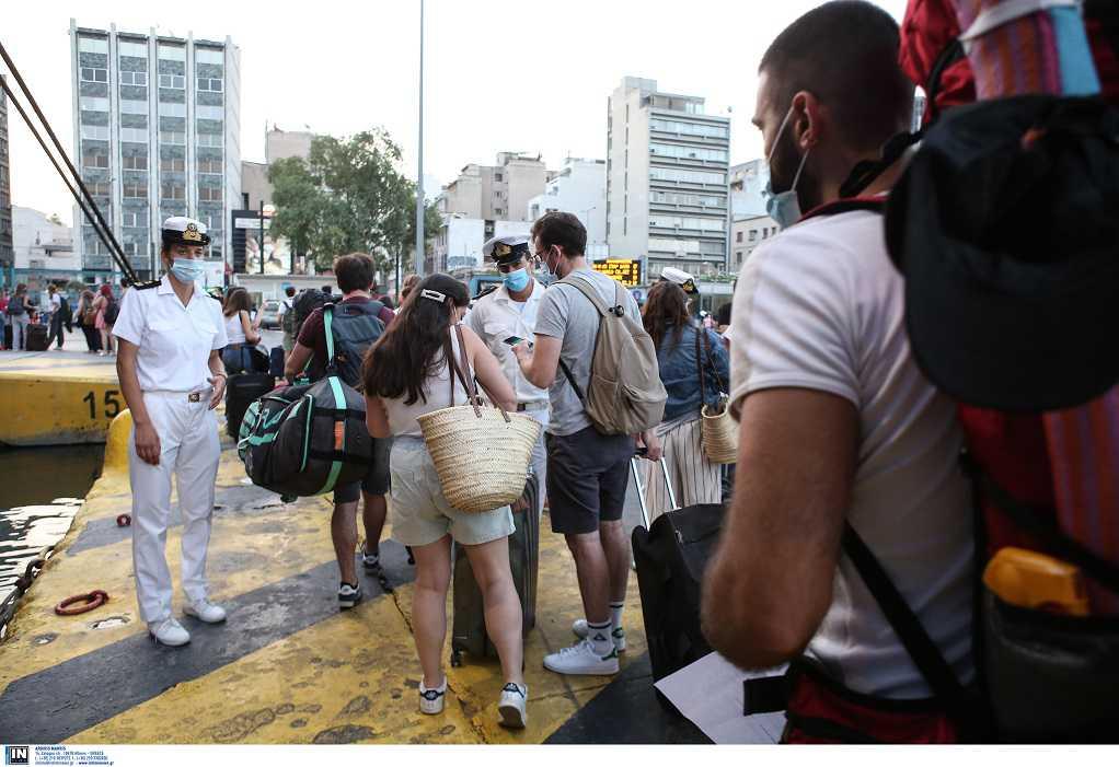 Αυξημένη κίνηση στο λιμάνι του Πειραιά: Αναχωρούν για διακοπές οι αδειούχοι (VIDEO)