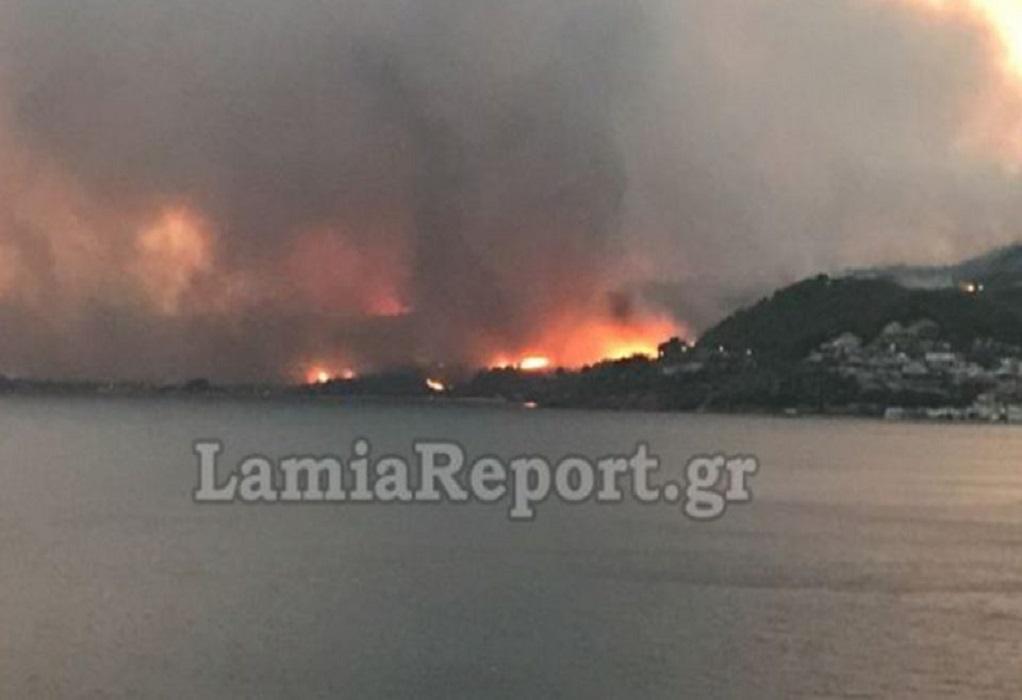 Μαίνεται η πυρκαγιά στην Λίμνη Ευβοίας – Εκκενώθηκαν οικισμοί (VIDEO)