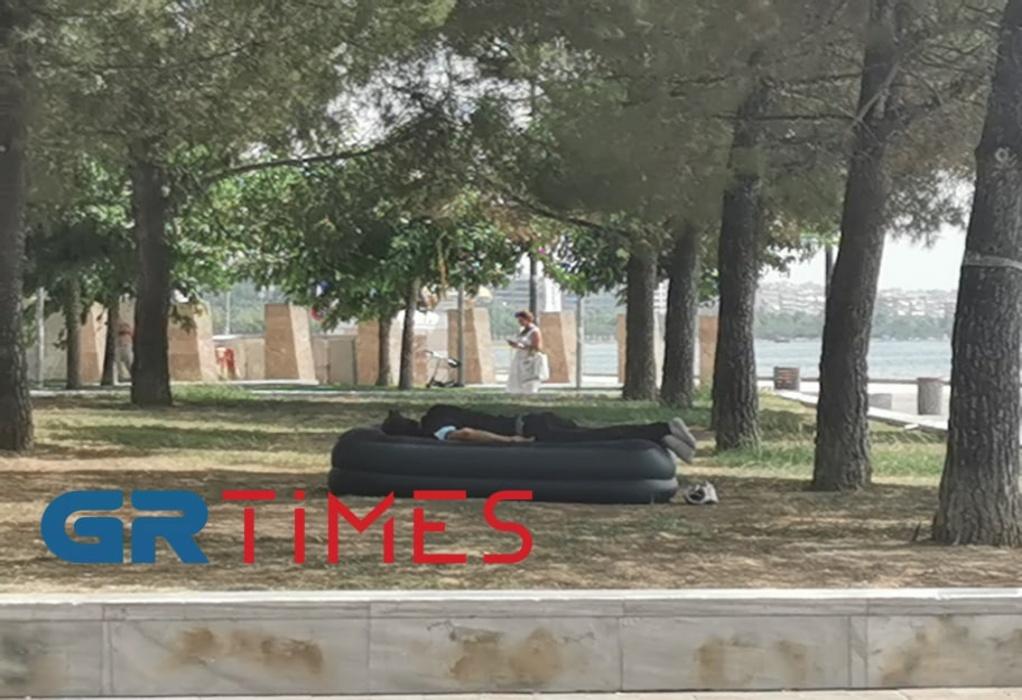 """Βράζει"""" η Θεσσαλονίκη: Με βεντάλιες, νερά, σε σκιά και συντριβάνια οι τουρίστες (ΦΩΤΟ+VIDEO)"""