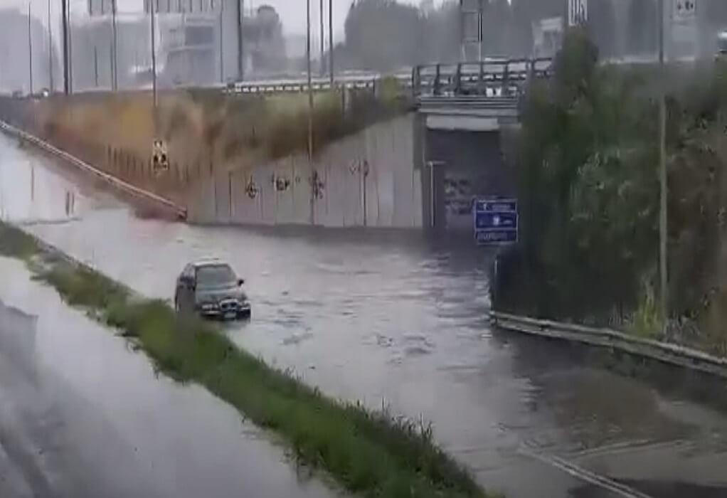 """""""Θεομηνία"""" στην Κατερίνη: Απεγκλωβίστηκε οδηγός από πλημμυρισμένο δρόμο  (VIDEO)"""