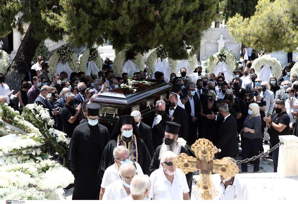 Σε κλίμα οδύνης η κηδεία του Κωνσταντίνου Μίχαλου (ΦΩΤΟ)
