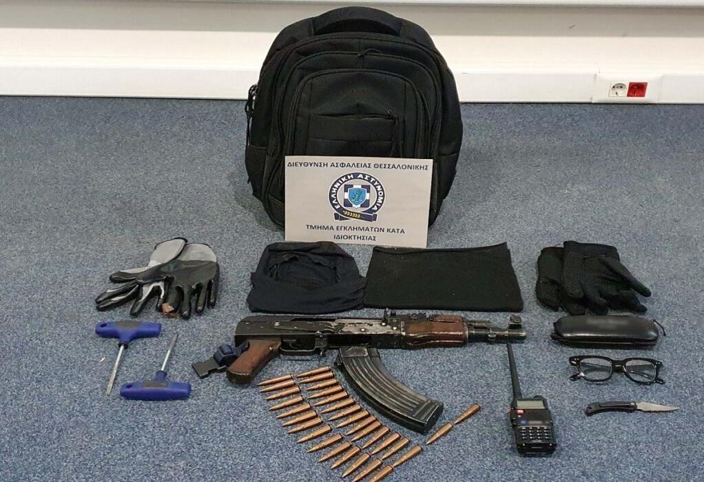 Θεσσαλονίκη: Το καλάσνικοφ και τα αντικείμενα που βρέθηκαν στην κατοχή του τρομοκράτη (ΦΩΤΟ)
