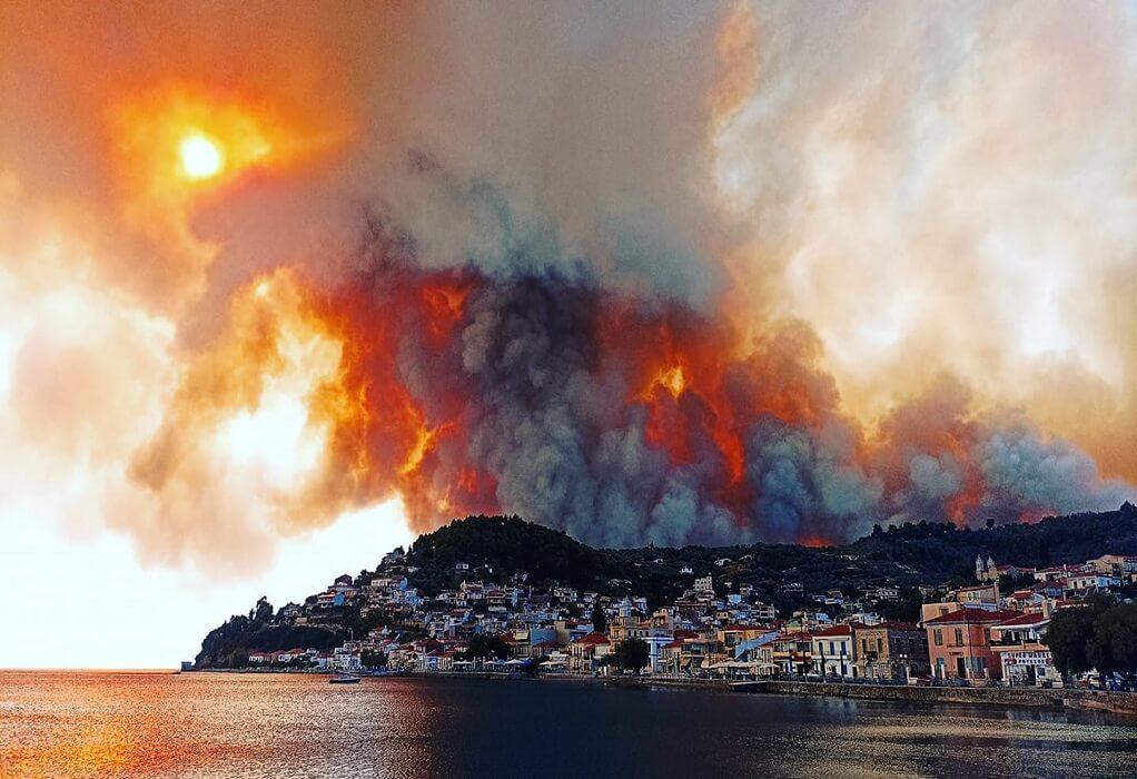 Εύβοια: Καίγονται σπίτια και επιχειρήσεις από τη φωτιά στη Δάφνη