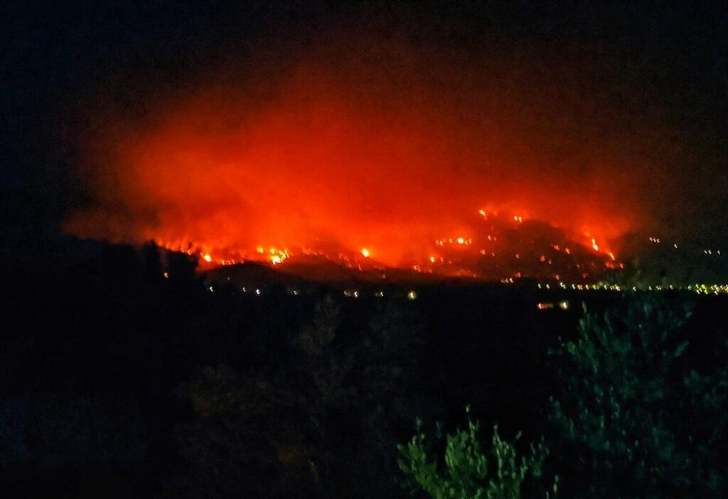 Φωτιά – Μεσσηνία: Ανεξέλεγκτο προς το βουνό το μέτωπο στη Μέλπεια