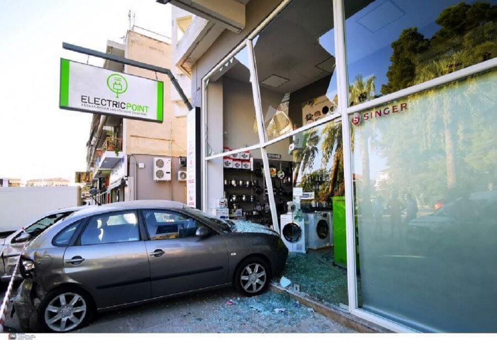 Ναύπλιο: Τρελή πορεία αυτοκινήτου-Έπεσε πάνω σε σταθμευμένα οχήματα (ΦΩΤΟ-VIDEO)