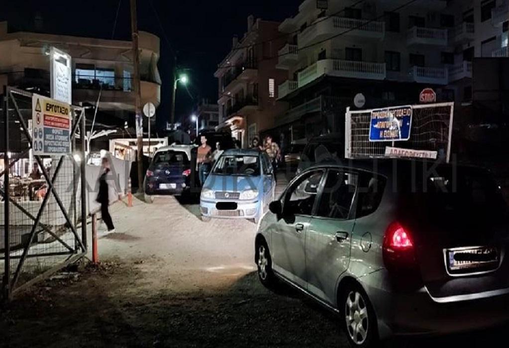 Νέα Μουδανιά: Ασυνείδητος οδηγός έκλεισε την είσοδο του πάρκινγκ του αμφιθεάτρου (ΦΩΤΟ)