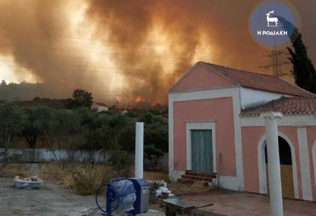 Φωτιά στη Ρόδο: Χωρίς ρεύμα μεγάλομέρος του νησιού
