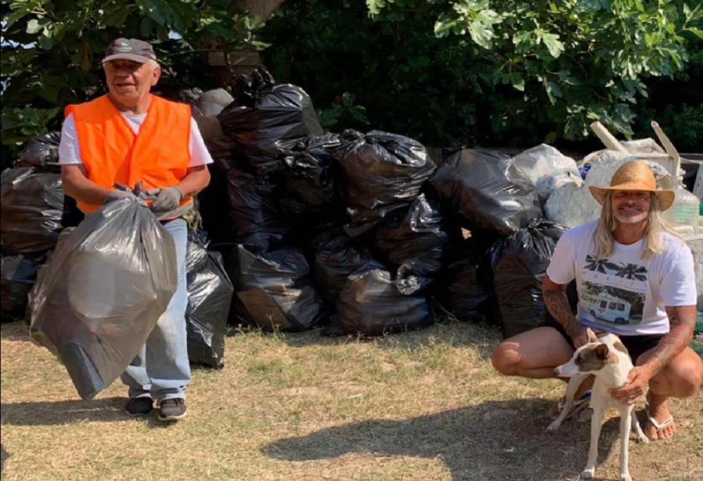 """Μας… """"έβαλε τα γυαλιά"""": Τουρίστας καθάρισε παραλία στη Χαλκιδική (ΦΩΤΟ)"""