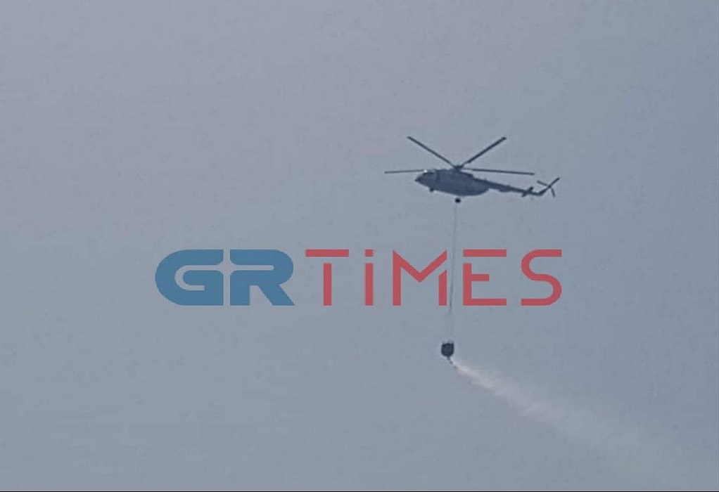 Χαλκιδική: Καλύτερη η εικόνα της φωτιάς στην Τορώνη – Συνεχίζουν τα εναέρια
