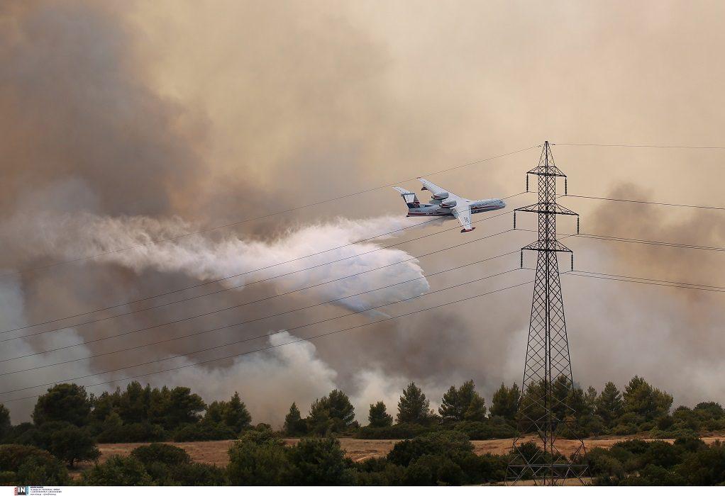 Ανεξέλεγκτη η φωτιά στη Βαρυμπόμπη: Δόθηκε εντολή εκκένωσης από το 112