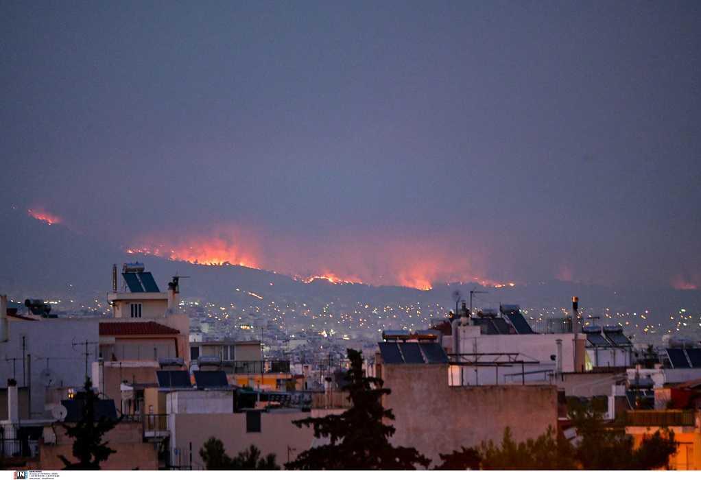 Φωτιές Αττική: Δύσκολη μέρα για Θρακομακεδόνες, Βαρυμπόμπη και Μαλακάσα – Νέες εκκενώσεις οικισμών