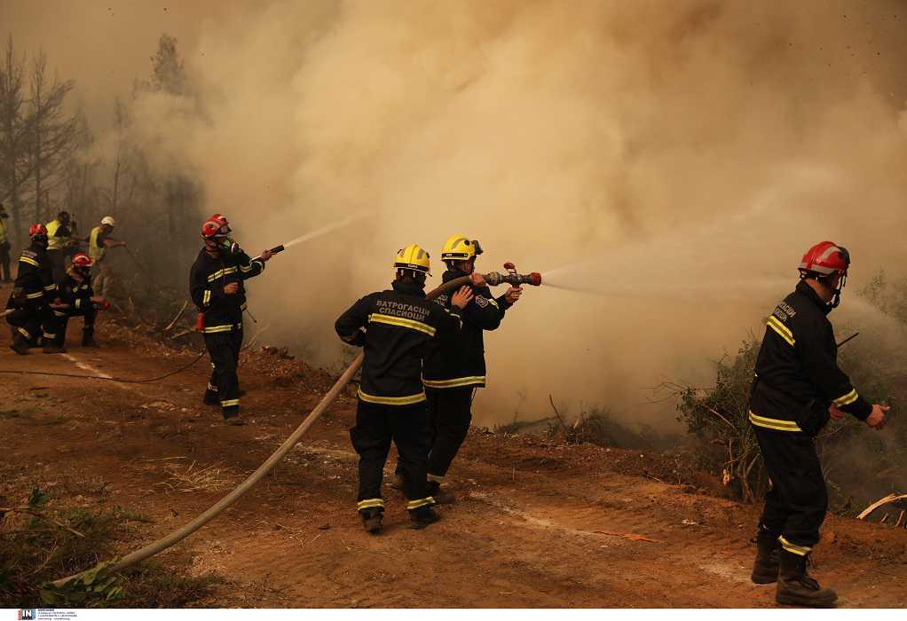 Φωτιά στην Εύβοια: Σέρβοι, Σλοβάκοι και Έλληνες πυροσβέστες στη μάχη με τις αναζωπυρώσεις