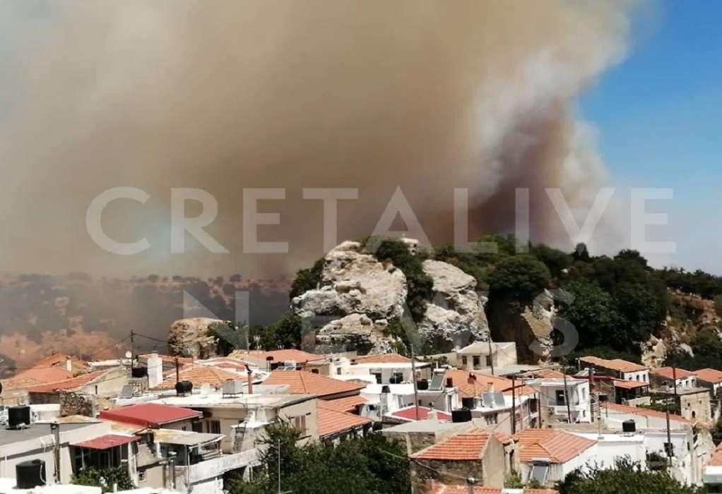 Σε πλήρη εξέλιξη η πυρκαγιά στον Άγιο Θωμά Ηρακλείου Κρήτης