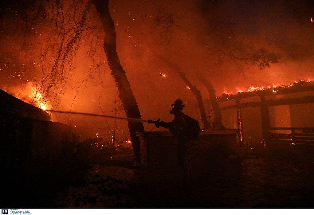 Βαρυμπόμπη: Καίγονται σπίτια – Τεράστιες καταστροφές