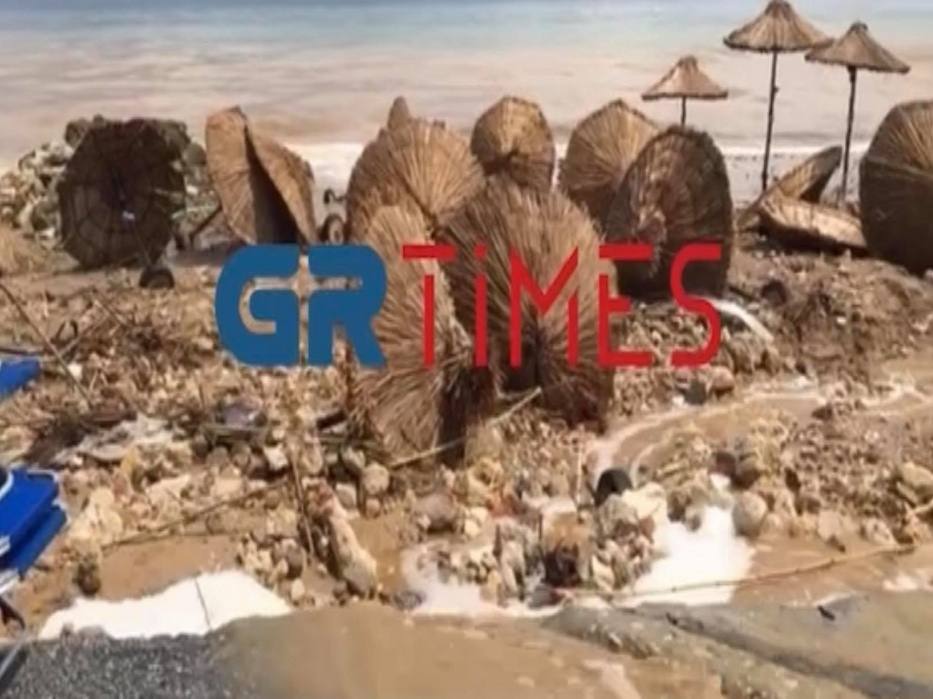 Χαλκιδική: «Αναποδογύρισε» beach bar (VIDEO)
