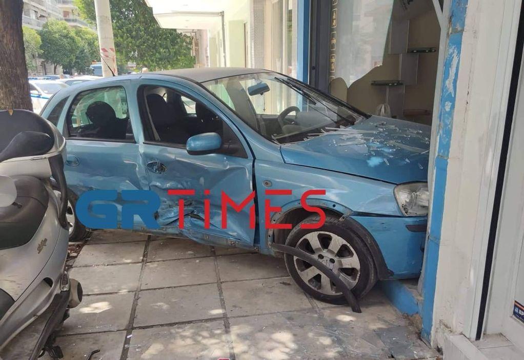 Θεσσαλονίκη: Αυτοκίνητο… μπήκε σε σχολή οδηγών – Ένας τραυματίας (ΦΩΤΟ)