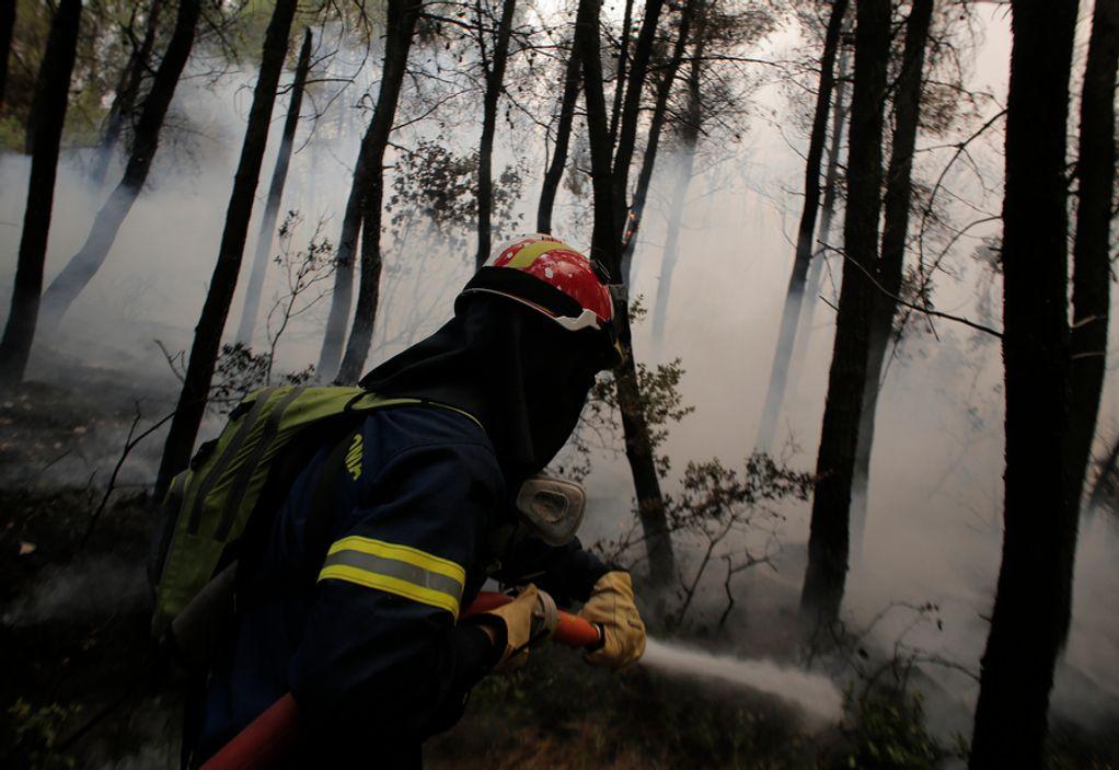 Στη μάχη οι εθελοντές πυροσβέστες: Είναι πολύ δύσκολα, προσπαθούμε για το καλύτερο