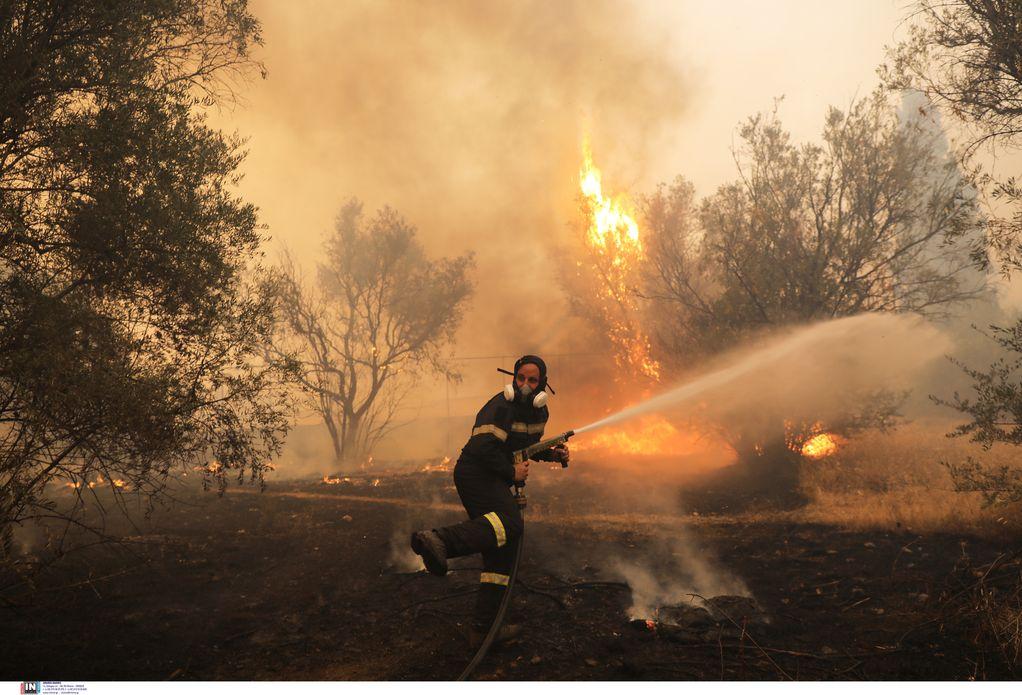 Νέα αναζωπύρωση της φωτιάς στη Βαρυμπόμπη- Μήνυμα 112 για εκκένωση
