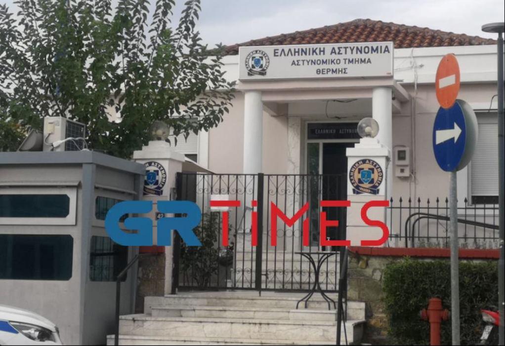 Θεσσαλονίκη: Συνελήφθη και οδηγείται στον Εισαγγελέα ο αρνητής πατέρας για το επεισόδιο σε σχολείο (VIDEO-ΦΩΤΟ)