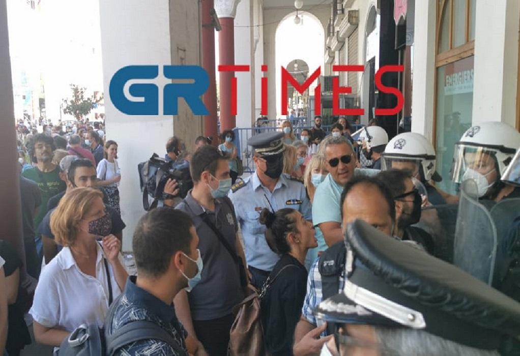 Θεσσαλονίκη: Ένταση μεταξύ υγειονομικών και αστυνομικών (VIDEO)