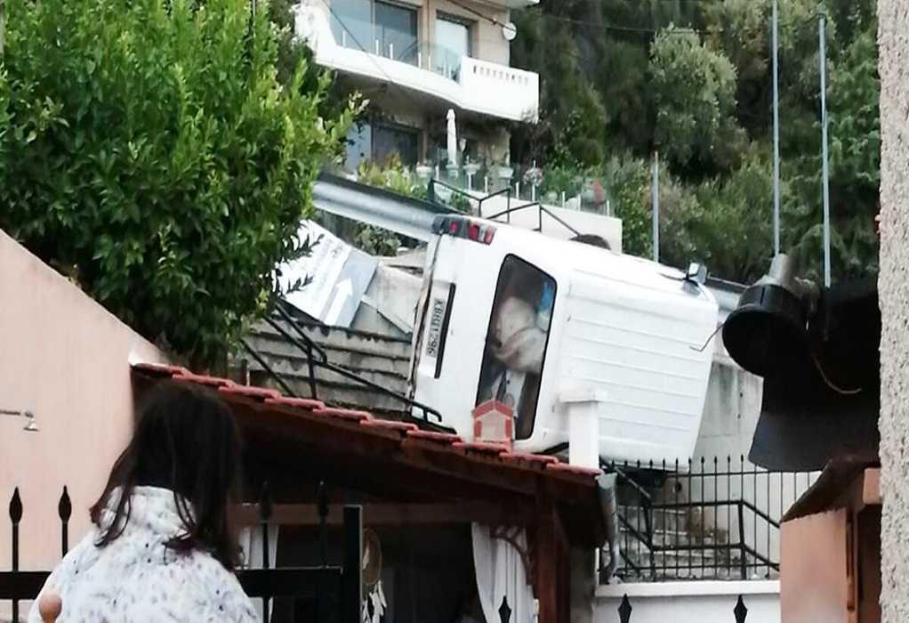 Καβάλα: Αυτοκίνητο «προσγειώθηκε» ανάμεσα σε… σπίτια του Παληού (ΦΩΤΟ)