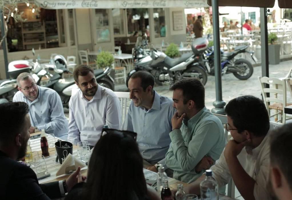 Λαδάδικα: Με τους νέους της ΝΔ ήπιε καφέ ο διευθυντής του Πρωθυπουργού, Γρηγόρης Δημητριάδης (ΦΩΤΟ)