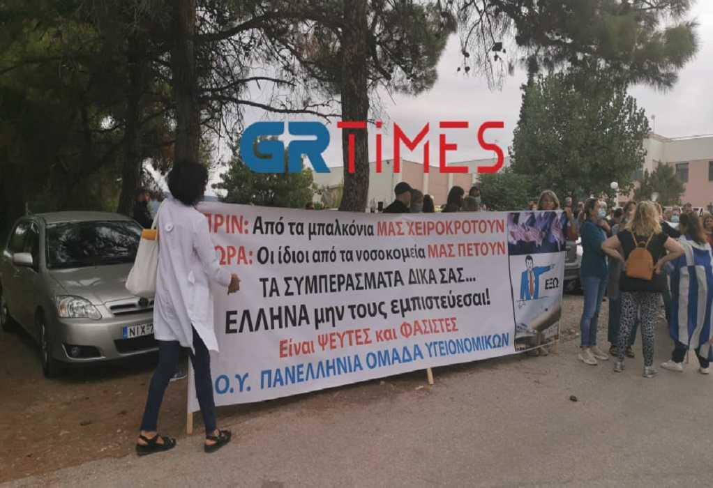 Θεσσαλονίκη: Ένταση και αποδοκιμασίες από υγειονομικούς κατά την άφιξη Πλεύρη στο ΕΚΑΒ (ΦΩΤΟ-VIDEO)