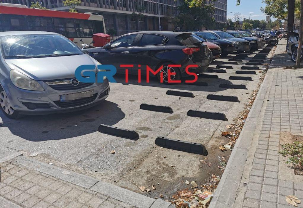 Θεσσαλονίκη: Αυτοκίνητα στις… θέσεις στάθμευσης μοτοσικλετών (ΦΩΤΟ)
