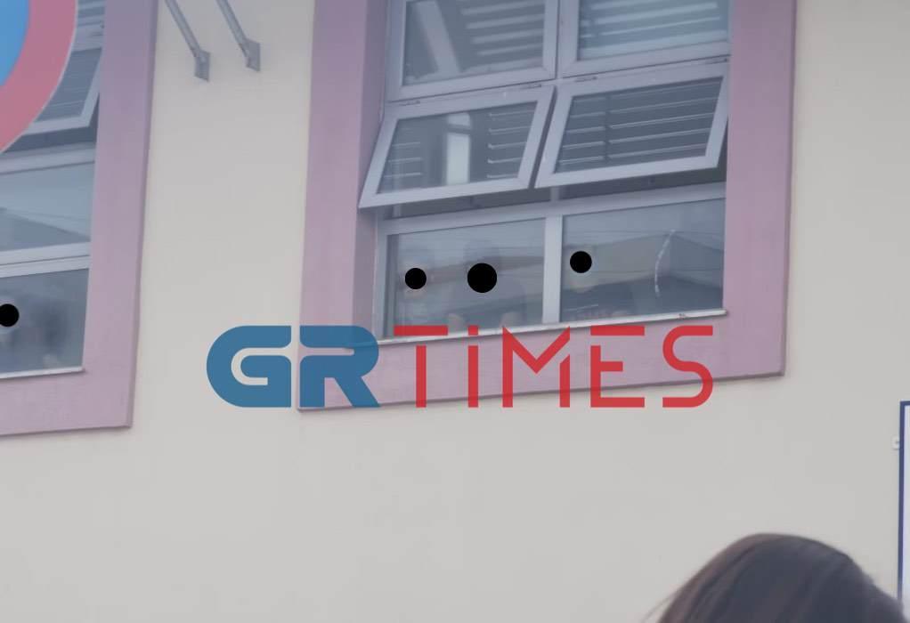 """Σταυρούπολη: Μαθητές """"εγκλωβισμένοι"""" στο σχολείο, κουκουλοφόροι μπαινοβγαίνουν στο προαύλιο και οι Αρχές απλά παρακολουθούν (VIDEO-ΦΩΤΟ)"""
