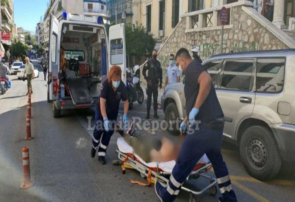 Σοκ στη Λαμία: Έκοψε τις φλέβες του με ξυράφι στη μέση του δρόμου