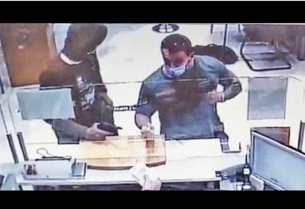 Ληστεία στη Μητροπόλεως: Σε ξενοδοχείο και με όπλο στην κατοχή του συνελήφθη ο δεύτερος ληστής
