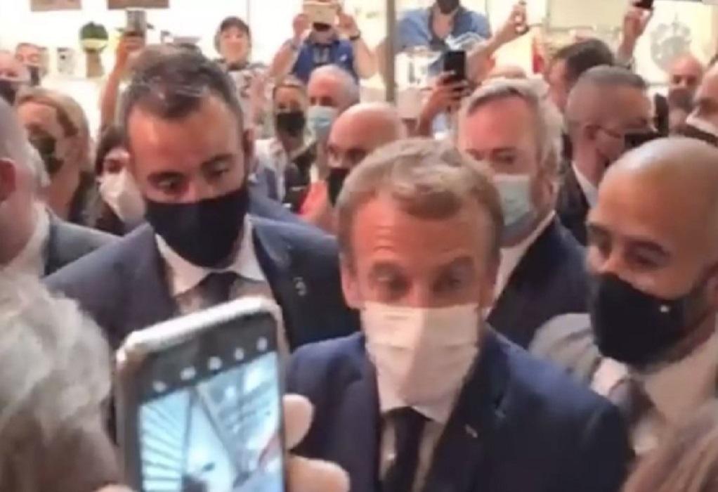 Γαλλία: Διαδηλωτής πέταξε αυγό στον Εμανουέλ Μακρόν (VIDEO)