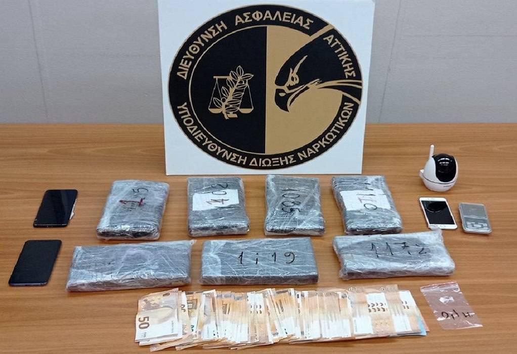 Σύλληψη μοντέλου για κοκαΐνη: Ούρλιαζε στο καρτοτηλέφωνο στη ΓΑΔΑ