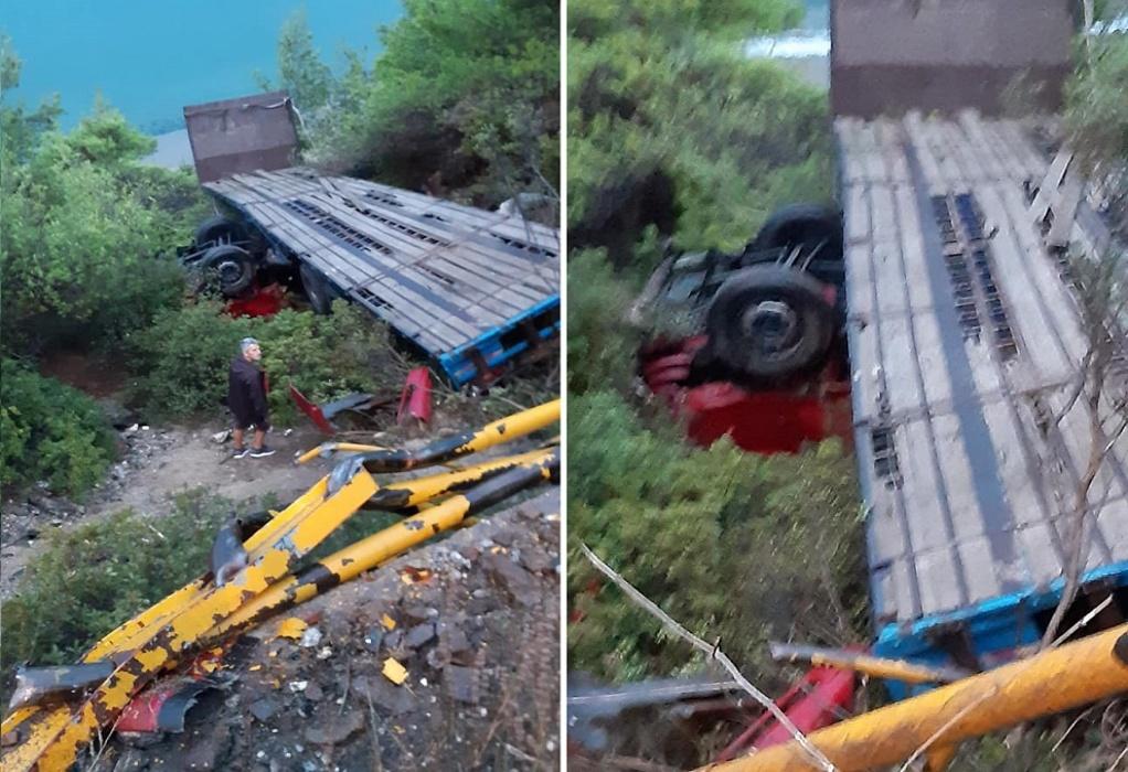 Χαλκιδική: Νταλίκα έπεσε στον γκρεμό στα Ψακούδια (ΦΩΤΟ)
