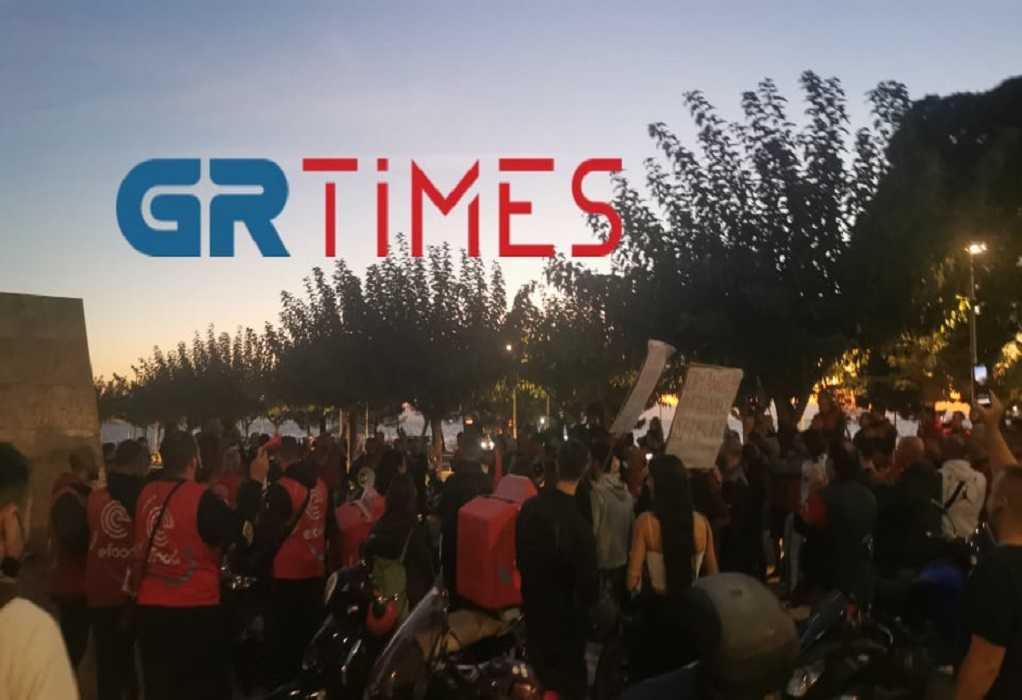 Εργαζόμενοι efood: Με τραγούδια και πυροτεχνήματα γιόρτασαν την νίκη τους (VIDEO)