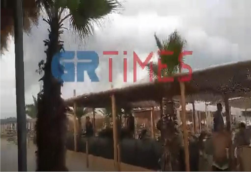Χαλκιδική: Ξαφνικό μπουρίνι αναστάτωσε τους θαμώνες beach bar (VIDEO)