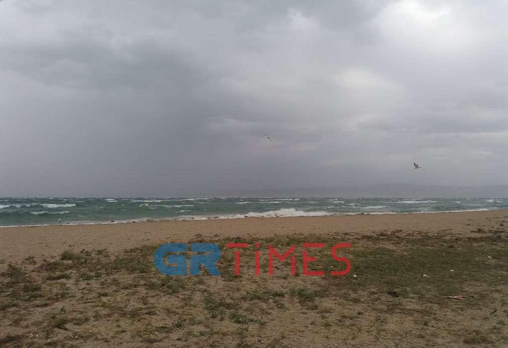 Θεσσαλονίκη: Φθινοπώριασε ξαφνικά με δυνατούς ανέμους και βροχή (ΦΩΤΟ – VIDEO)