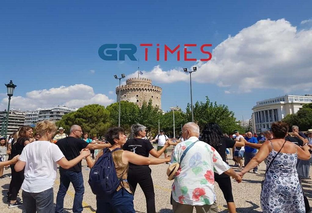 Θεσσαλονίκη: Μελωδίες, συρτάκι και ζεϊμπέκικο στη μνήμη του Μίκη Θεοδωράκη (ΦΩΤΟ-VIDEO)