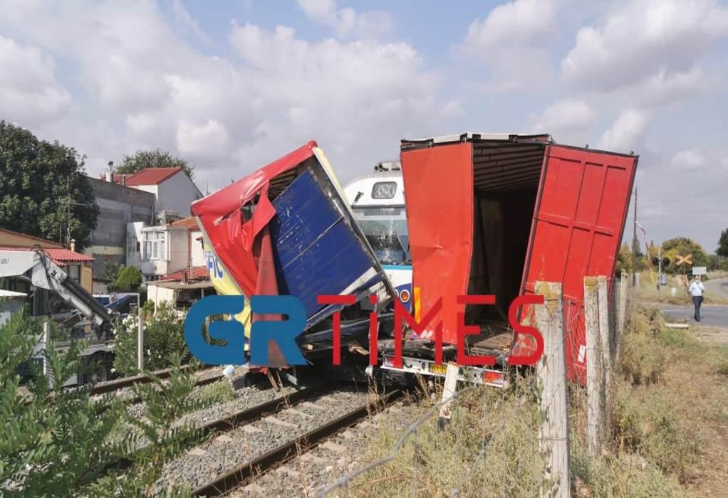 Θεσσαλονίκη: Τρένο συγκρούστηκε με φορτηγό – Ένας τραυματίας (ΦΩΤΟ-VIDEO)