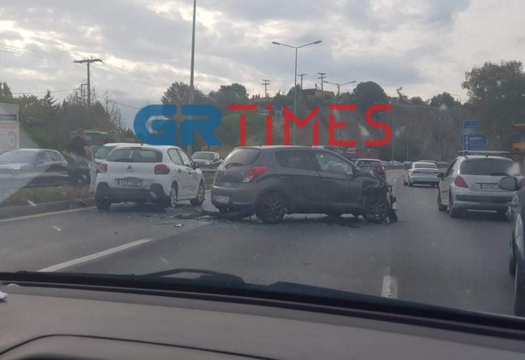 Θεσσαλονίκη: Σύγκρουση οχημάτων και μποτιλιάρισμα στην Περιφερειακή Οδό (ΦΩΤΟ)