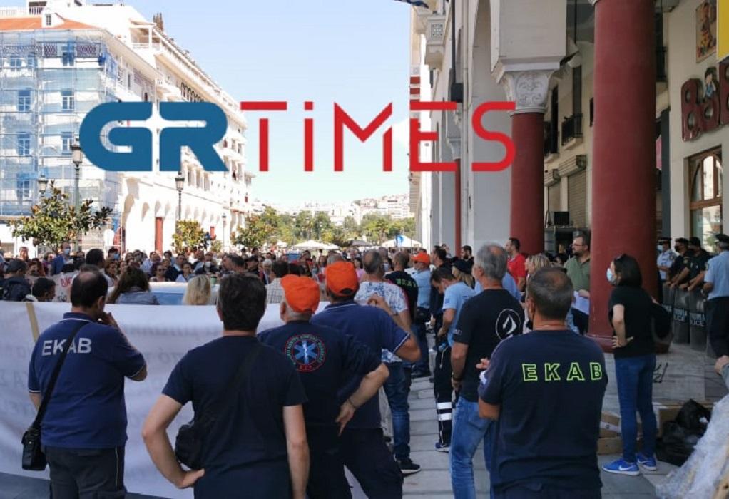 """Νέα συγκέντρωση υγειονομικών στη Θεσσαλονίκη: """"Πάρτε πίσω τις αναστολές"""" (ΦΩΤΟ-VIDEO)"""