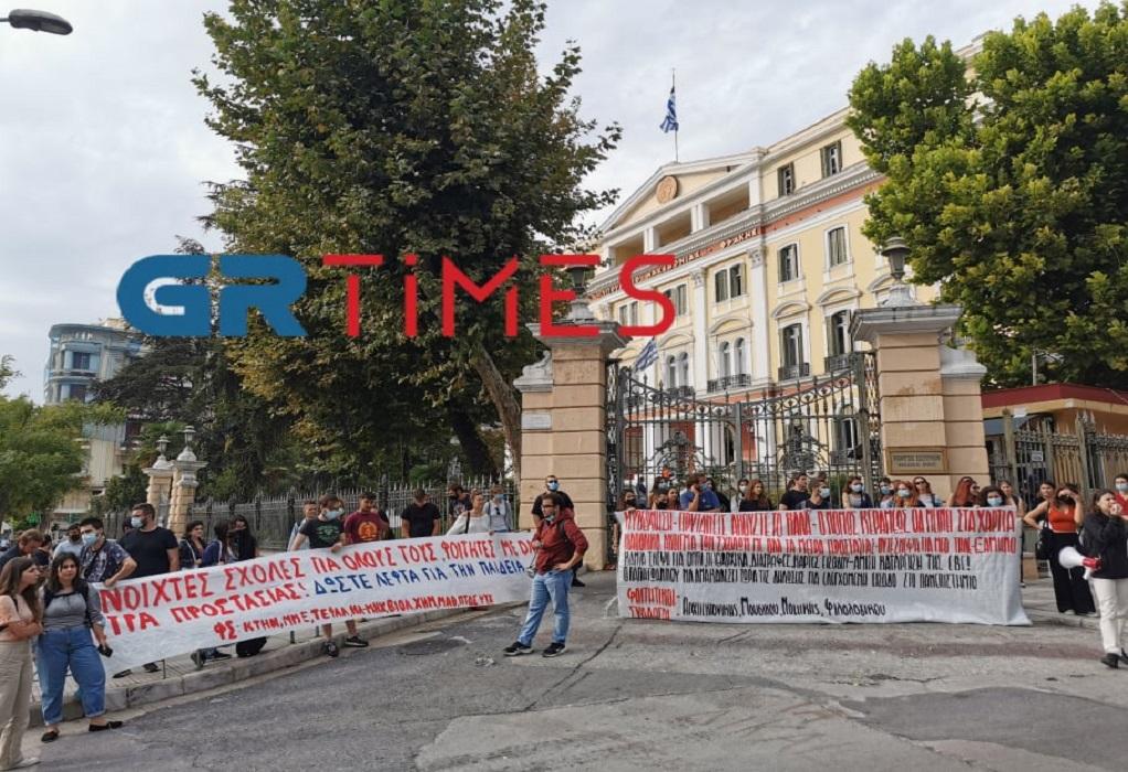 """Διαμαρτυρία φοιτητών στο ΥΜΑΘ – Ζητούν μέτρα και λένε """"όχι"""" στον αποκλεισμό (ΦΩΤΟ-VIDEO)"""